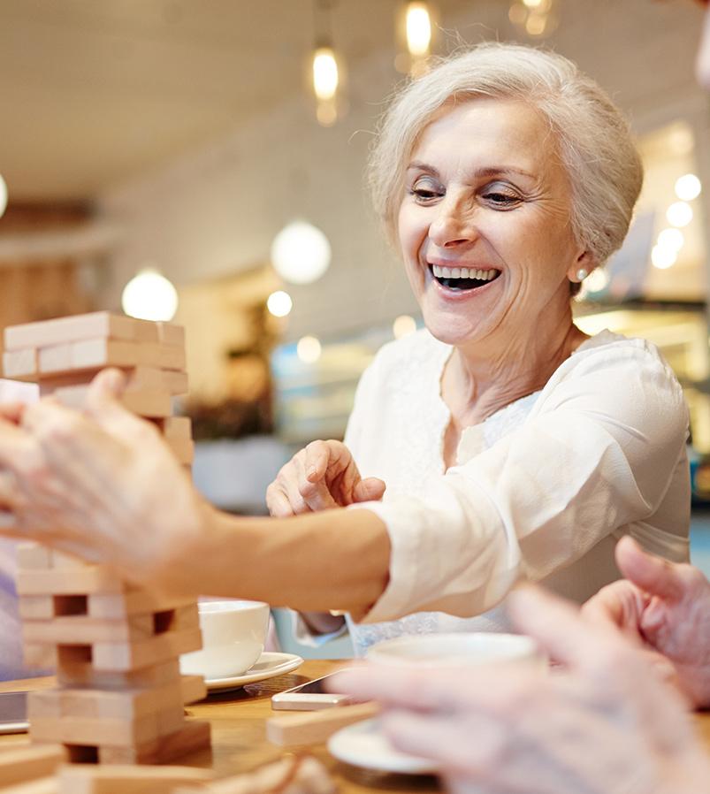 Femme qui s'amuse à un jeu de société